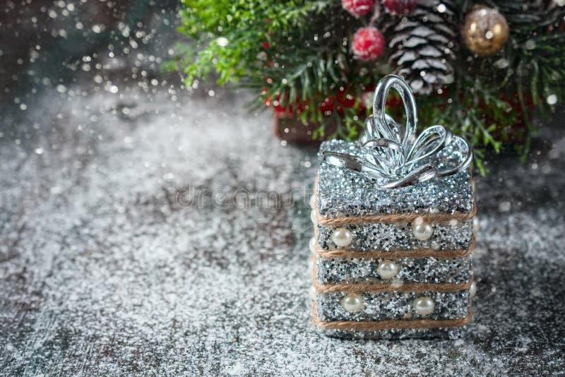 在土气木背景的银色和白色xmas装饰品 圣诞快乐看板卡 文本的空间 库存照片