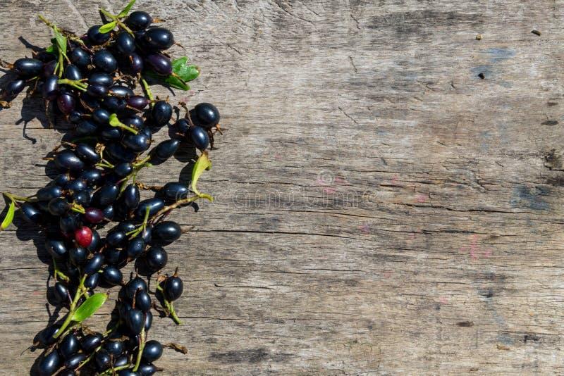 在土气木背景的黑醋栗莓果 图库摄影