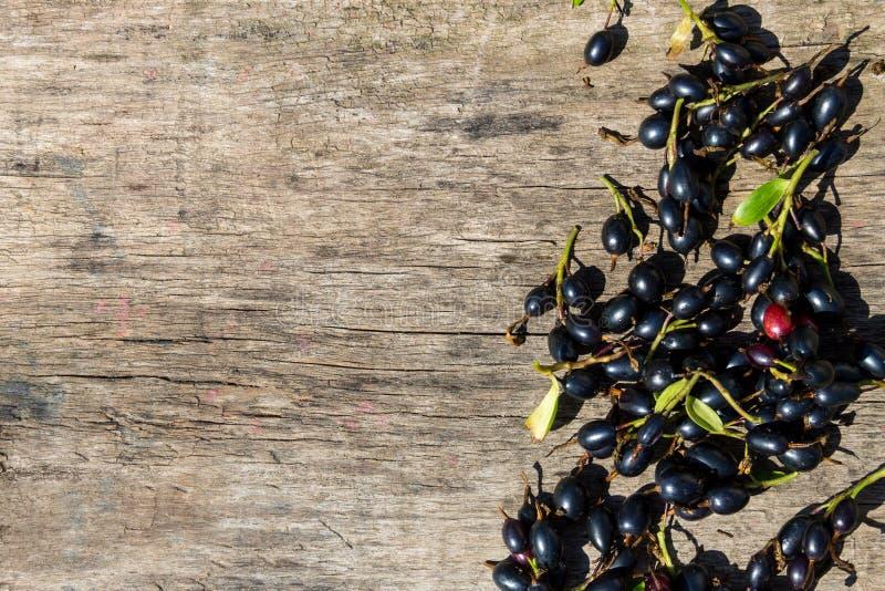 在土气木背景的黑醋栗莓果 库存照片
