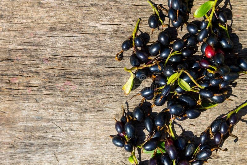 在土气木背景的黑醋栗莓果 r 库存照片