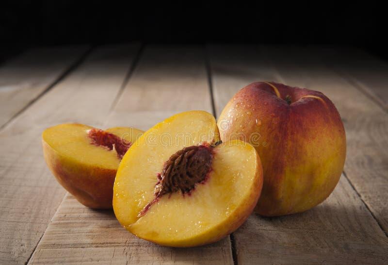 在土气木头的桃子 库存图片
