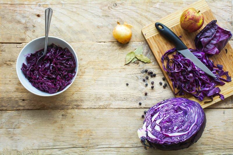 在土气木头的红叶卷心菜,烹调为一欢乐dinn做准备 免版税库存图片
