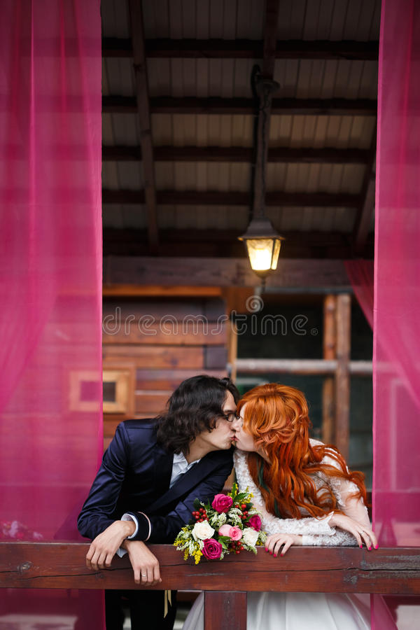 在土气样式的婚礼夫妇 免版税库存照片