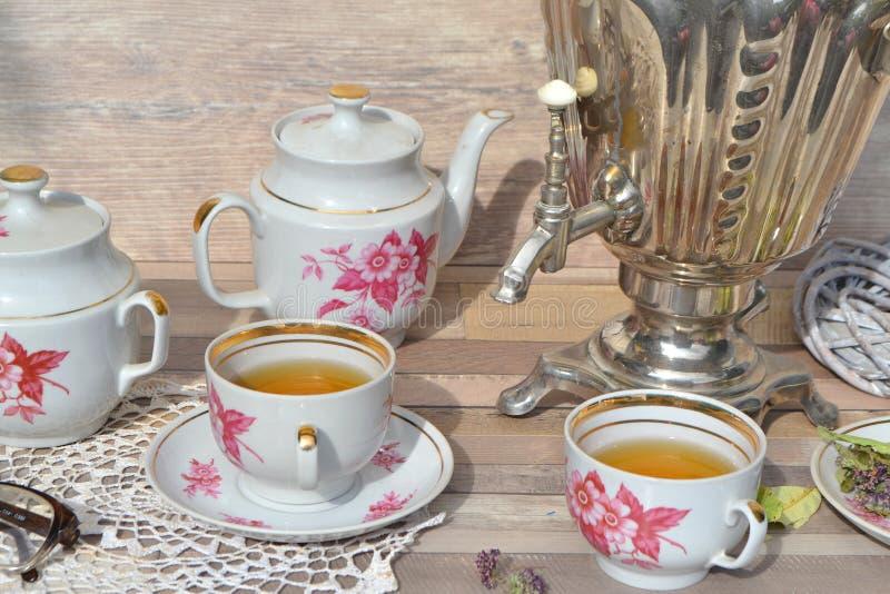 在土气样式的茶党与俄国俄国式茶炊和被编织的餐巾 库存照片