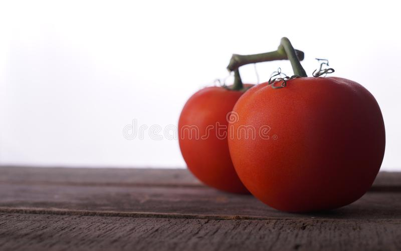 在土气桌上的红色成熟蕃茄 图库摄影