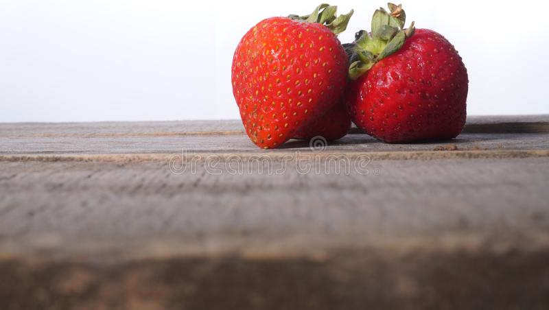 在土气桌上的草莓二重奏 免版税库存图片