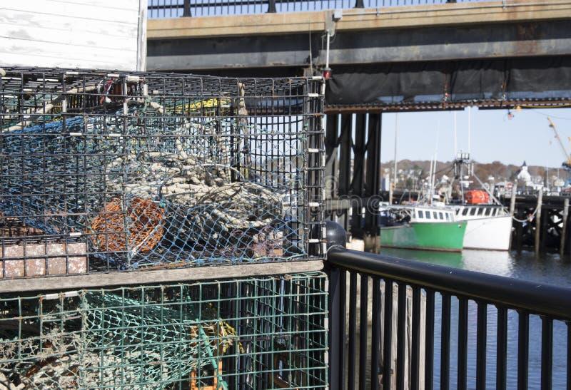 在土气棚子旁边的五颜六色的龙虾陷井江边的 库存照片