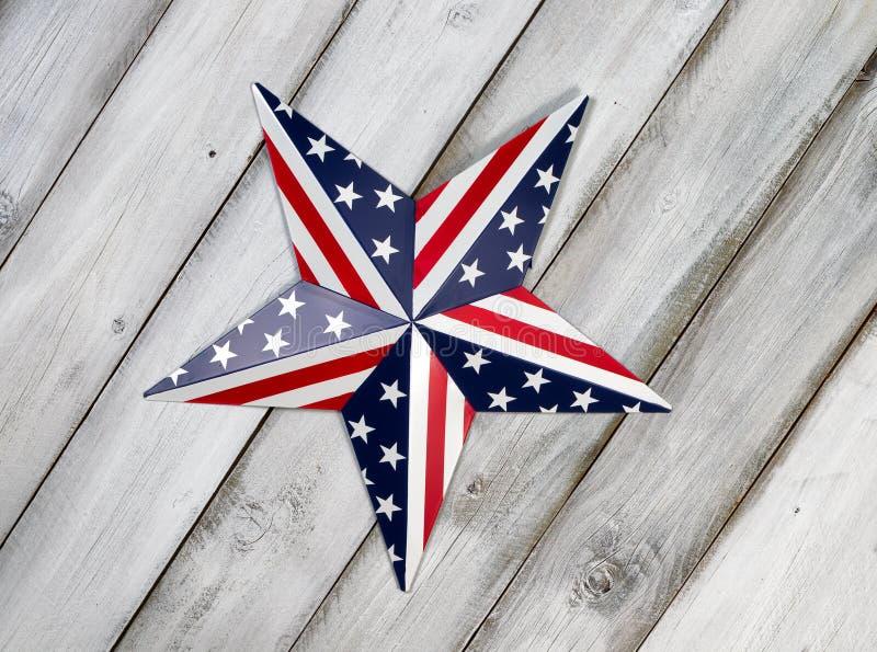 在土气白色木板的美国独立纪念日星 图库摄影