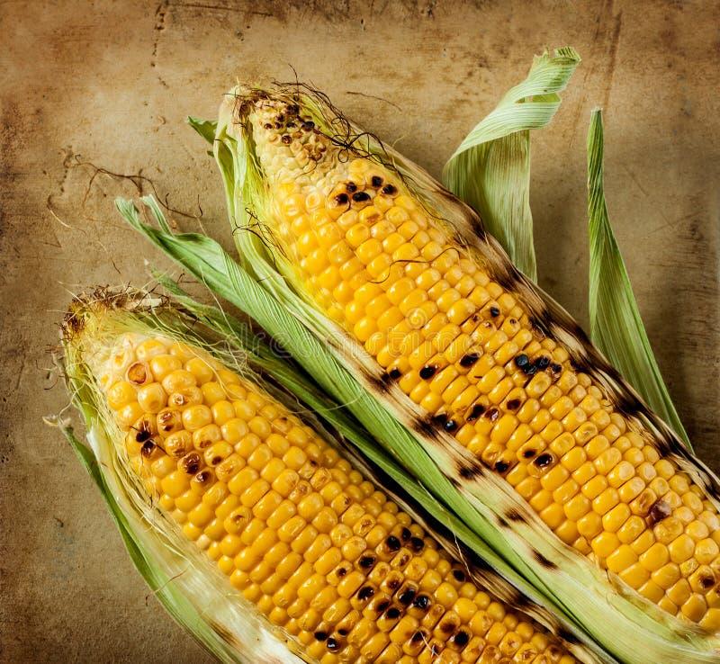 在土气石背景的烤玉米棒子 免版税库存图片