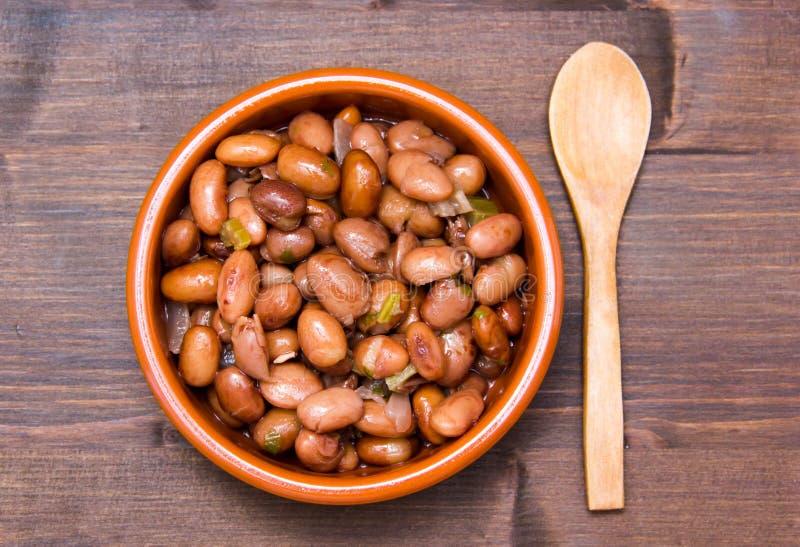 在土气碗的红豆在木头从上面 免版税库存照片
