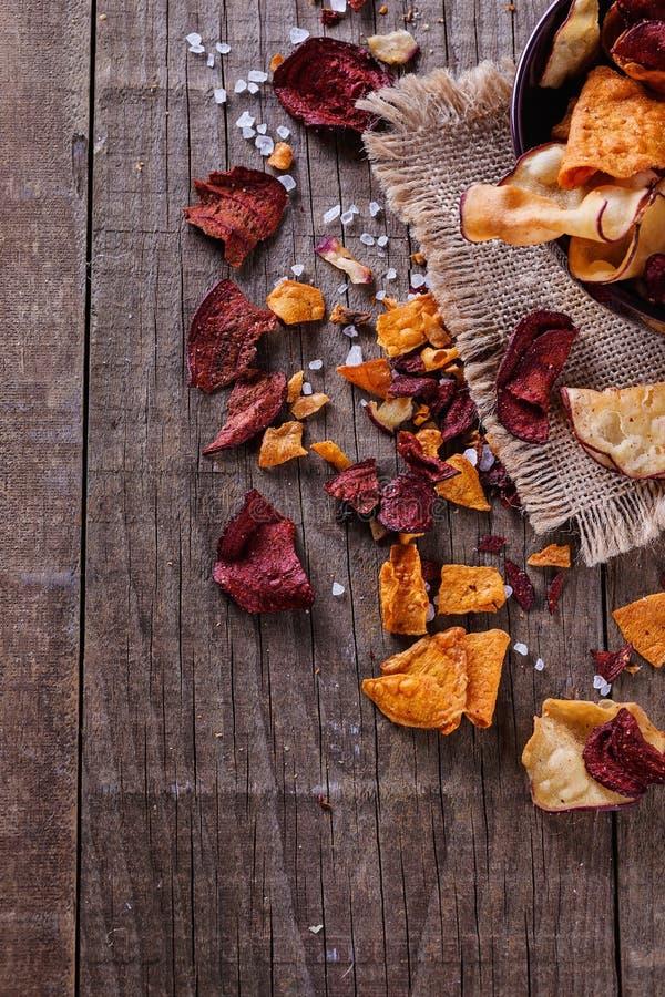 Download 在土气背景的健康菜芯片 库存图片. 图片 包括有 土豆, 有机, 健康, 筹码, 美味, 特写镜头, 居住 - 59103005