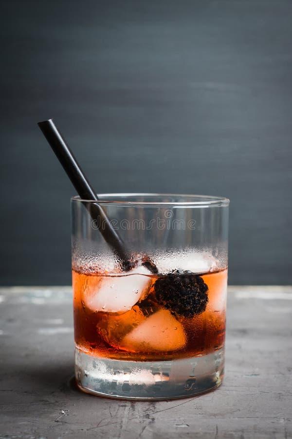在土气背景的古板的黑莓鸡尾酒 选择聚焦 库存图片