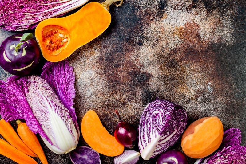 在土气背景的季节性冬天秋天秋天菜 植物基于素食主义者或素食烹调概念 干净的吃食物 免版税库存图片