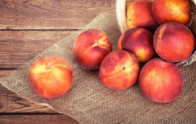 在土气背景的新鲜的桃子果子 库存照片