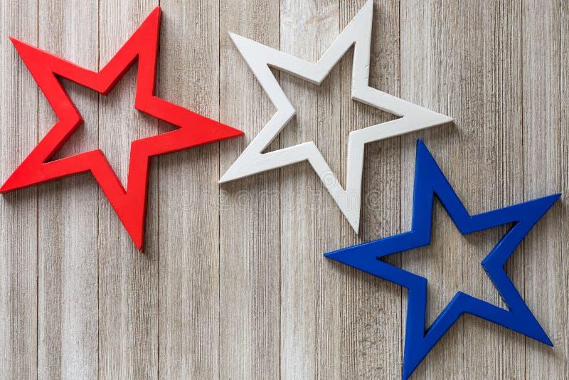 在土气背景的木红色,白色和蓝星与拷贝间隔/第4 7月背景概念 免版税库存照片