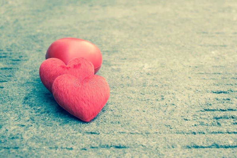在土气街道上的红色心脏为情人节 免版税图库摄影