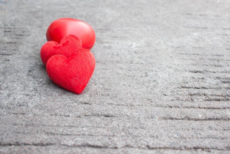 在土气街道上的红色心脏为情人节 库存图片