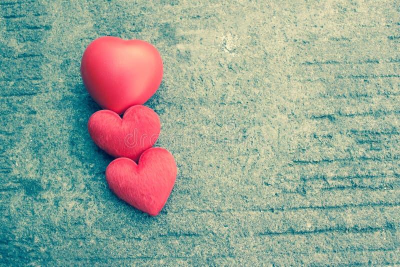 在土气街道上的红色心脏为情人节 图库摄影