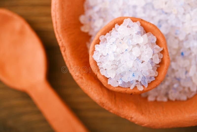 在土气黏土的波斯蓝色伊朗水晶岩盐滚保龄球 图库摄影