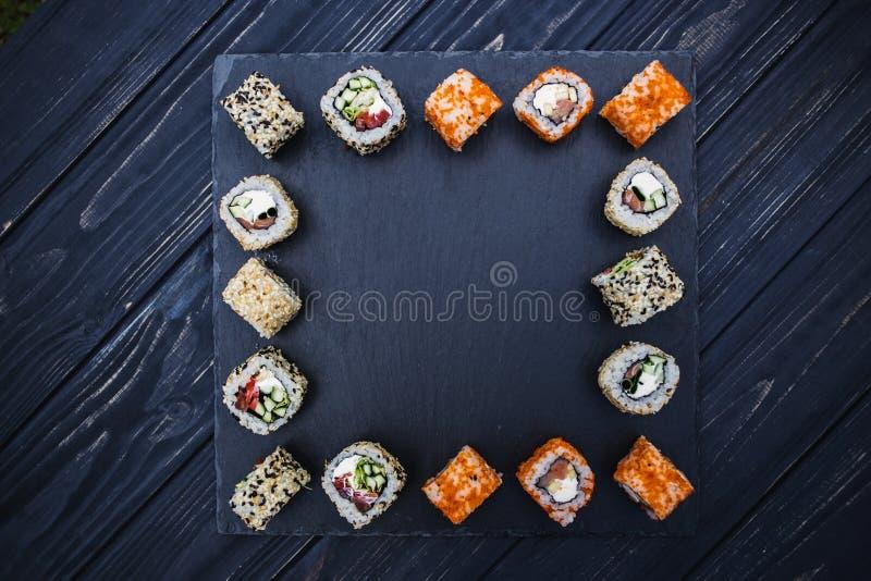 在土气黑暗的背景的日本寿司 免版税图库摄影