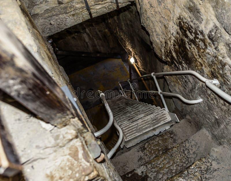 在土牢的楼梯 对地下室的石步 免版税库存照片