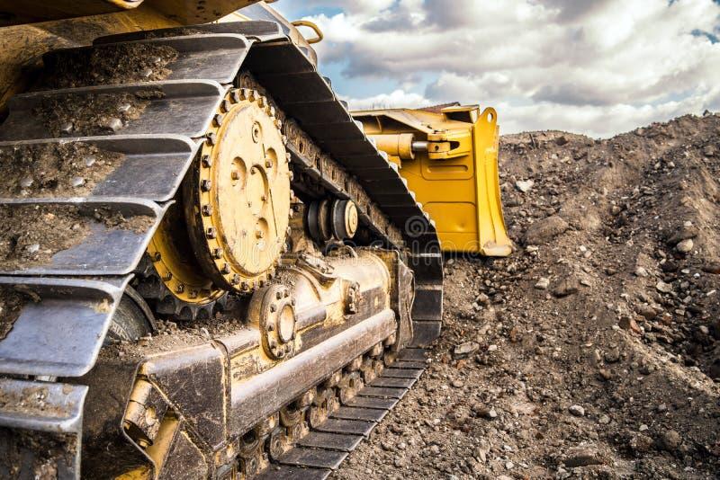 在土的推土机工作在工地工作 免版税库存图片
