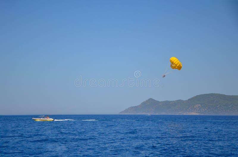 在土耳其海滩的帆伞运动在夏天 免版税库存照片