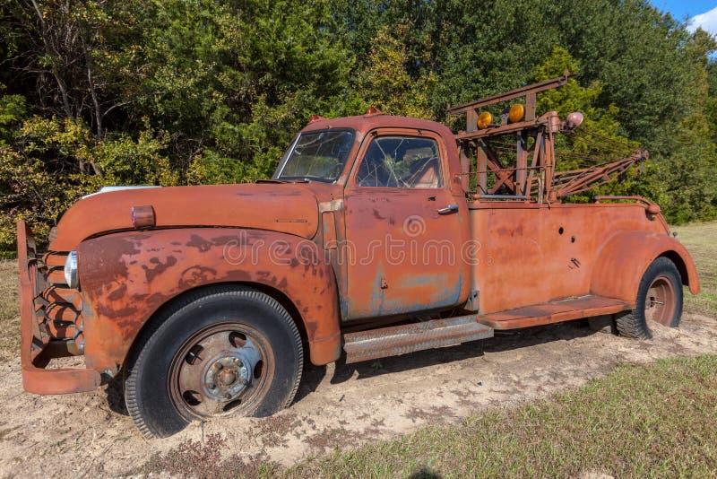 在土路的生锈的老拖车 库存照片