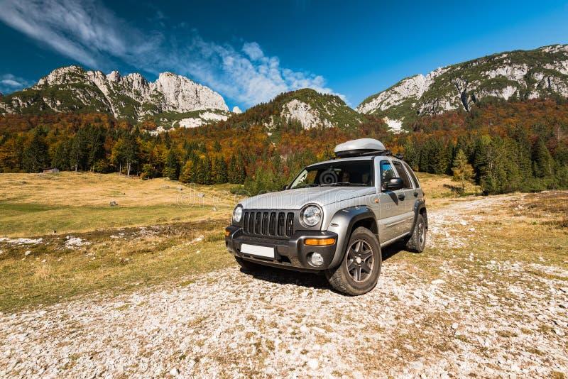 在土路的rad汽车在山,冒险 免版税库存照片