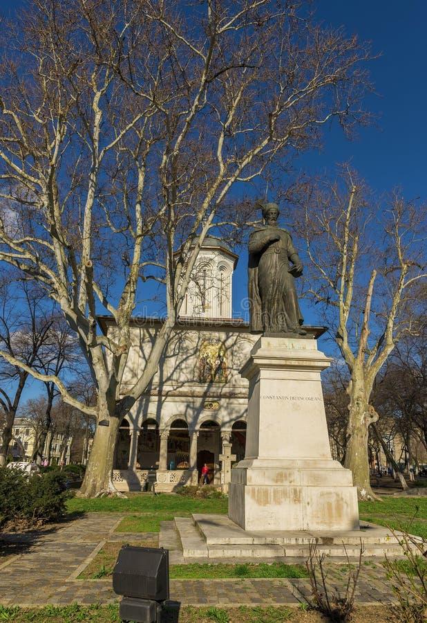 在圣乔治新的教会前面的Brancoveanu雕象在布加勒斯特 图库摄影