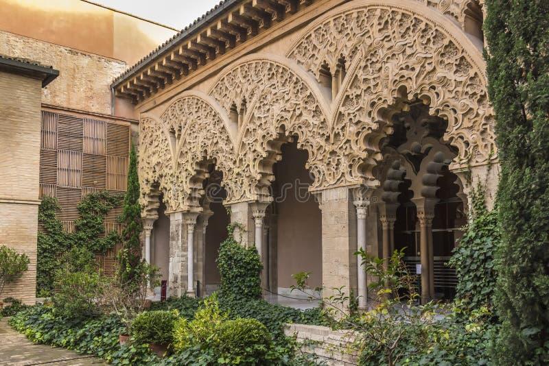 在圣伊莎贝尔庭院南门廓的植物群Aljaferia宫殿的 库存照片
