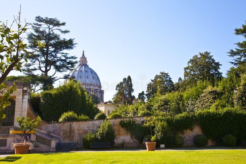 在圣伯多禄教会的看法从梵蒂冈庭院在罗马 图库摄影