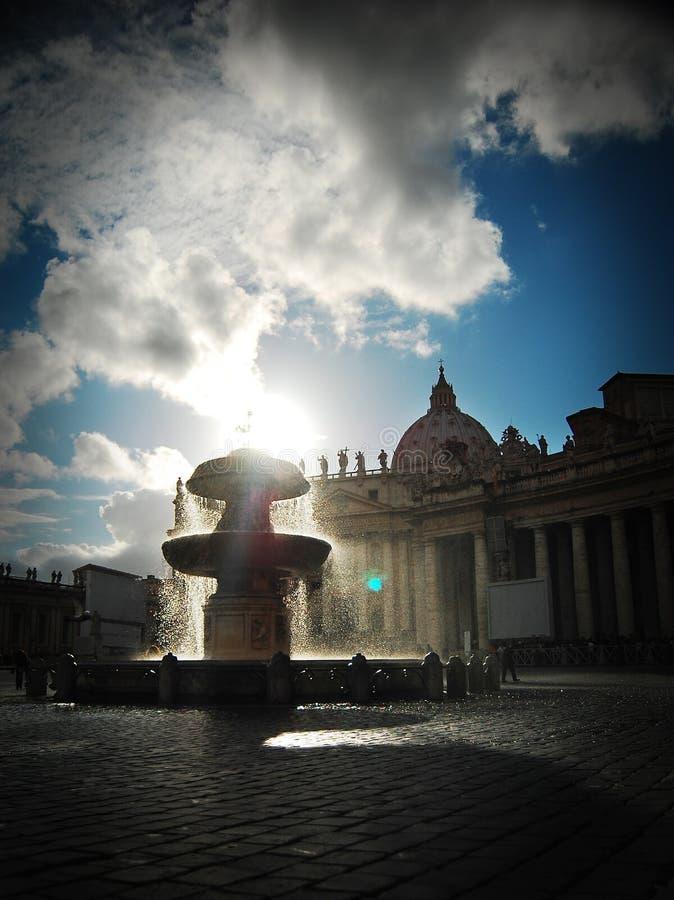 在圣伯多禄的大教堂的喷泉 库存照片