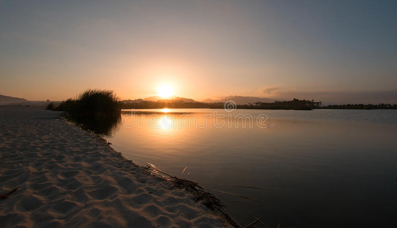 在圣何塞台尔在Cabo圣卢卡斯巴哈墨西哥附近的Cabo Estuary的日落反射 库存图片