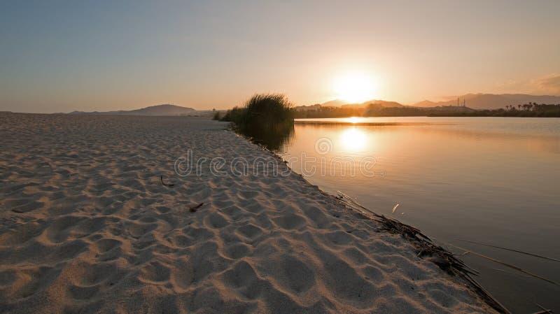 在圣何塞台尔在Cabo圣卢卡斯巴哈墨西哥附近的Cabo Lagoon的日落反射 图库摄影
