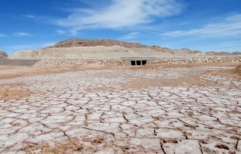 在圣佩德罗火山de阿塔卡马沙漠烘干咸土壤样式 图库摄影