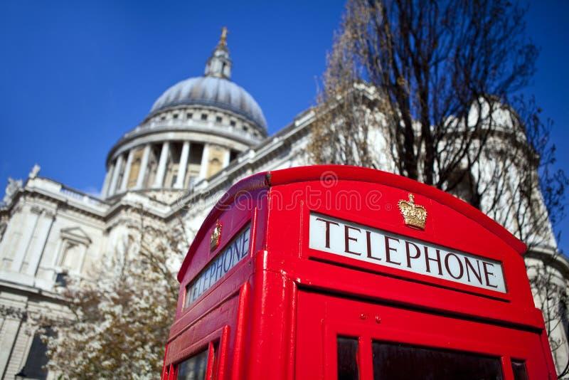在圣保罗大教堂之外的红色电话亭在伦敦 免版税库存照片