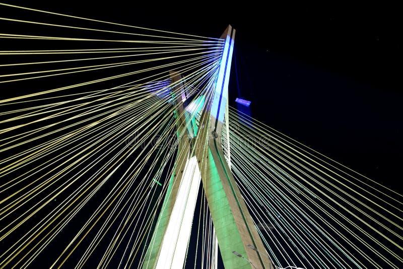 在圣保罗点燃的缆绳被停留的桥梁巴西 库存图片