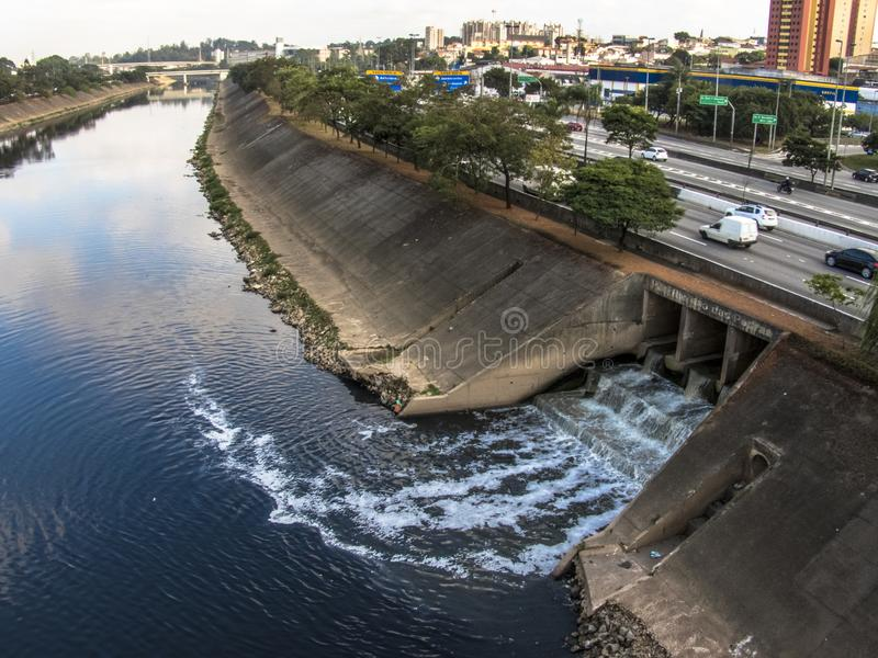 在圣保罗观看少量的铁特高速公路和铁特河的护墙 免版税库存照片
