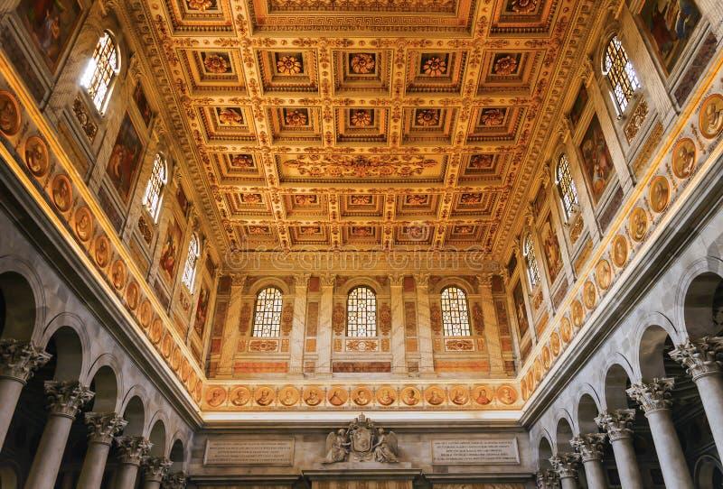 在圣保罗里面大教堂的华丽天花板在墙壁外在罗马 免版税库存图片
