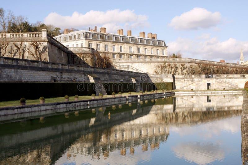 在圣克卢-法国防御公园和池塘 免版税库存图片