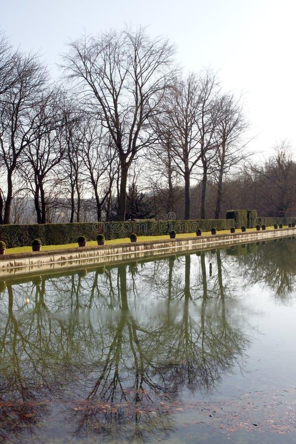 在圣克卢-法国防御公园和池塘 免版税图库摄影