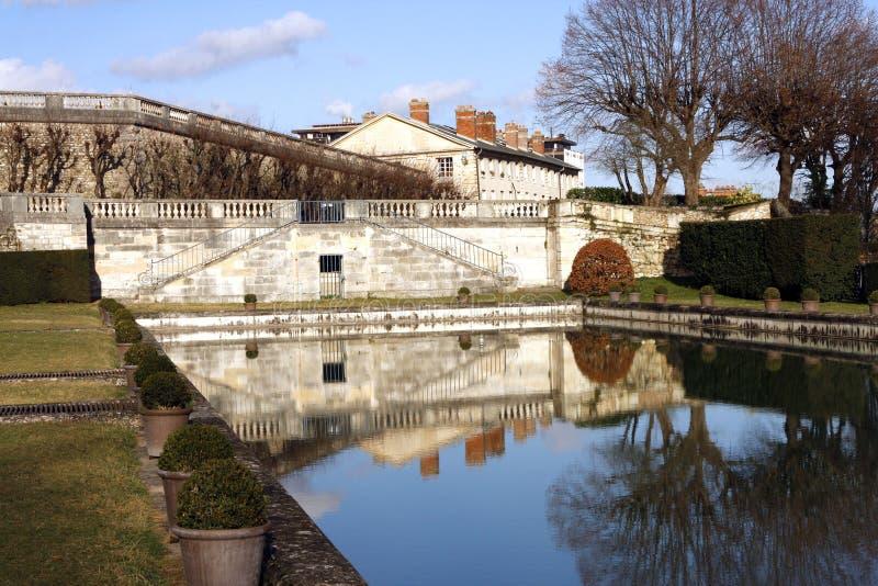 在圣克卢-法国防御公园和池塘 免版税库存照片