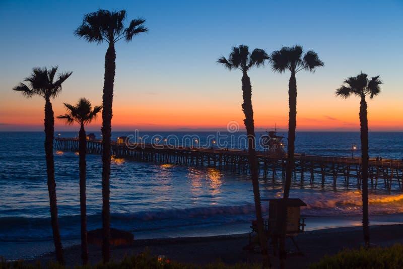 在圣克莱芒特码头的剧烈的海洋日落 库存图片