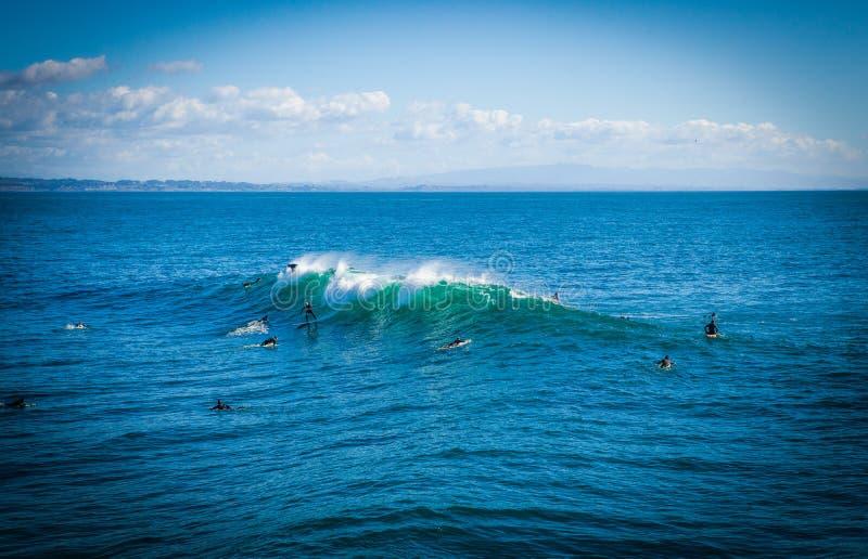 在圣克鲁斯海湾的不可思议的巨大的波浪做这海浪 库存照片