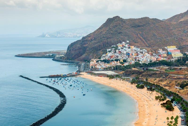在圣克鲁斯de特内里费岛,西班牙附近的Teresitas海滩 库存图片