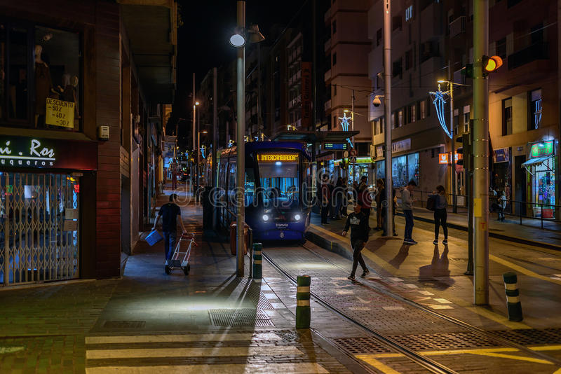 在圣克鲁斯de特内里费岛,西班牙夜街道的人等待的电车  免版税库存图片