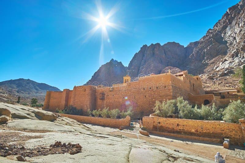 在圣凯瑟琳修道院,西奈,埃及上的明亮的太阳 图库摄影