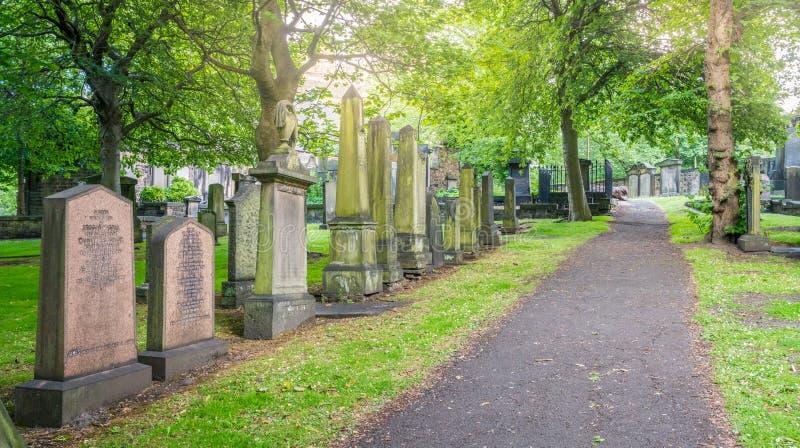 在圣卡思伯特附近教区教堂的公墓王子的在一个晴朗的夏天下午的Street Gardens 爱丁堡,苏格兰 免版税库存图片