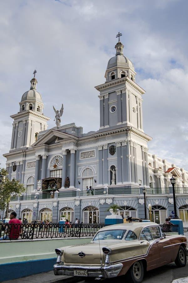 在圣地亚哥前面大教堂的经典汽车  免版税库存图片